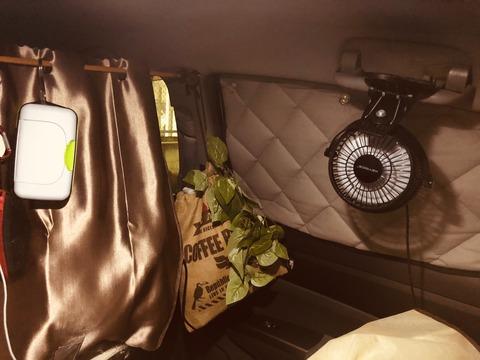 車の中に設置した扇風機